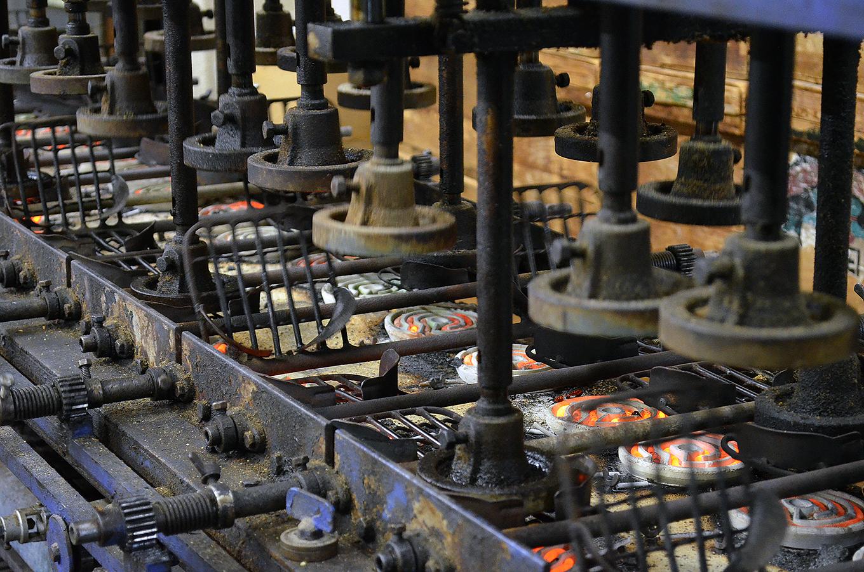 日比谷米菓・生地を焼成する機械